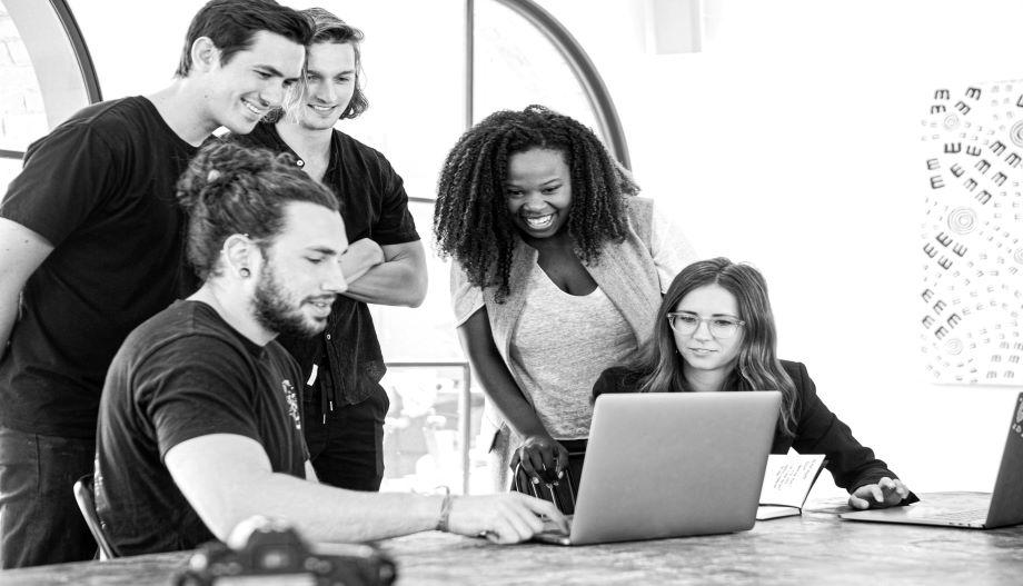 Junge Leute schauen auf Laptop